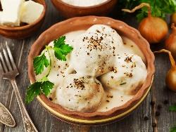 Кюфтета фрикасе с бял сос от кисело мляко, яйца и брашно - снимка на рецептата